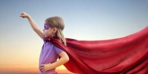 en liten flicka spelar superhjälte