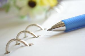 en kalender med blå penna