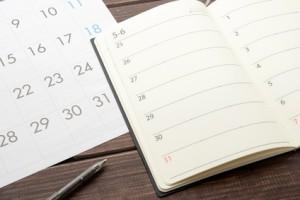Två kalendrar och en penna på et bord