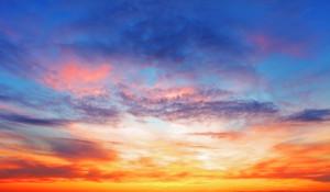 Himmel, solen är på väg ner och gör himlen över horisonten gul.