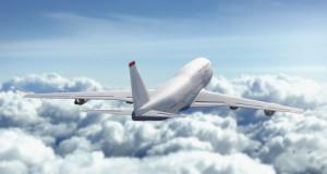 flygplan över molnen